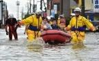 В Японии людей спасают из затопленных домов с помощью вертолетов (видео)